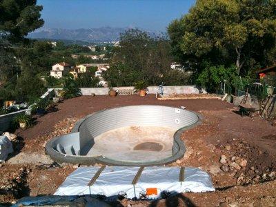 A y est la ceinture en beton de la piscine est termin e for Ceinture beton piscine